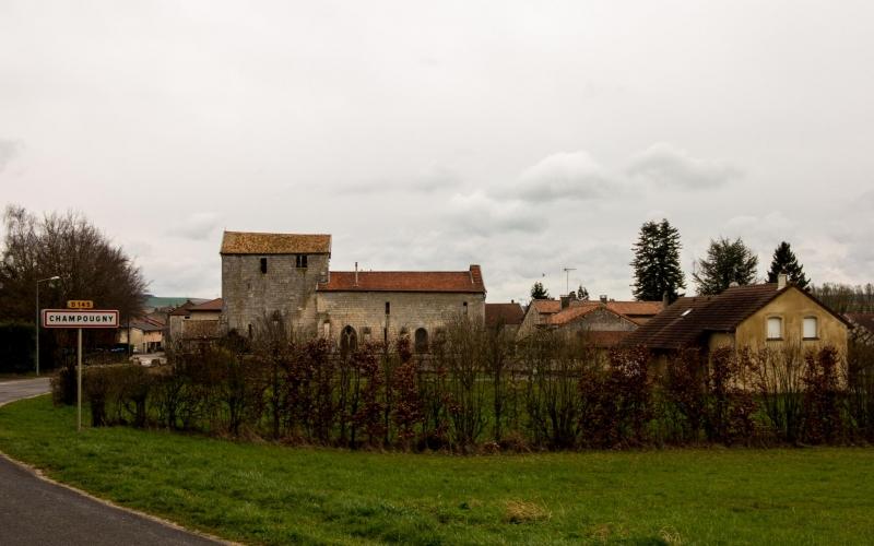Champougny. Die Kirche dürfte das größte Gebäude im Ort sein.