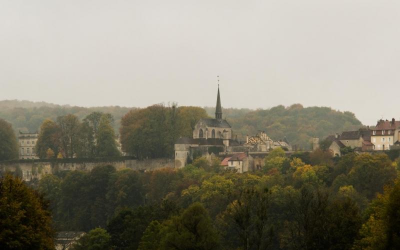 An einem der Nebengebäude erstmalig zu sehen: Die bunten Dächer auf klassichen Häusern in Burgund.