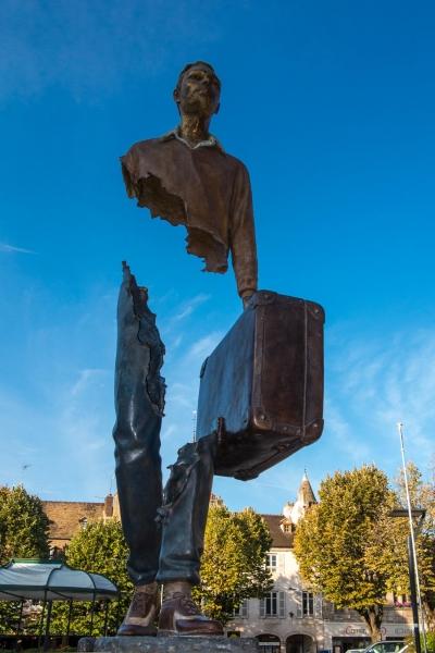 Denkmal des französischen Büromenschen, dem Touristen ein Loch in den Bauch gefragt haben.