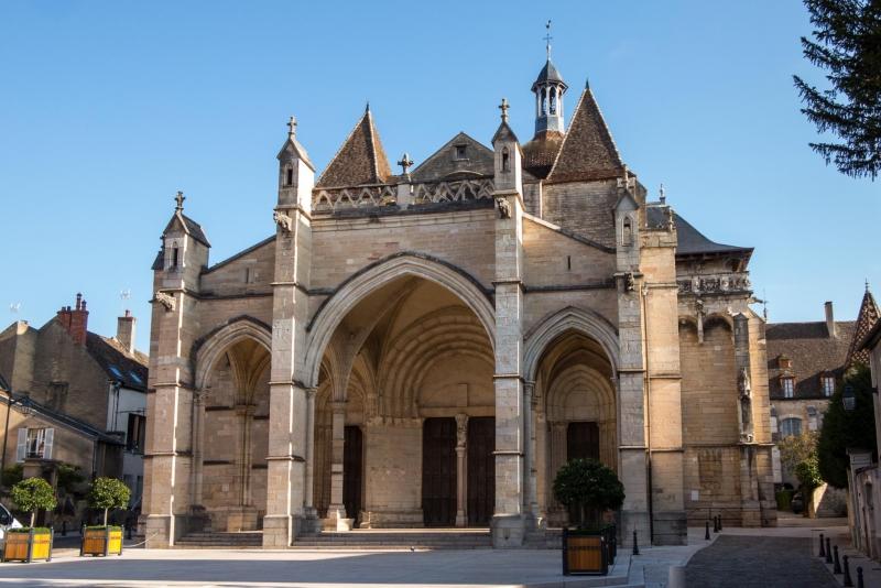 Ungewöhnlich weil nicht ganz symmetrisch: Kirchplatz von Beaune.