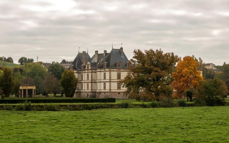 Sah von vorne etwas spektakulärer aus - wie halt typische französische Fassaden so sind: Schloß Cormatin