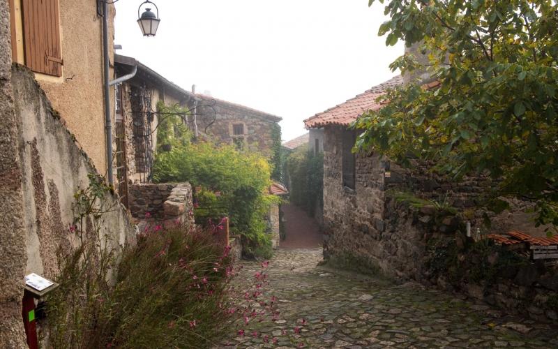 Eine der engen Gassen im Ortskern von Saint Maurice