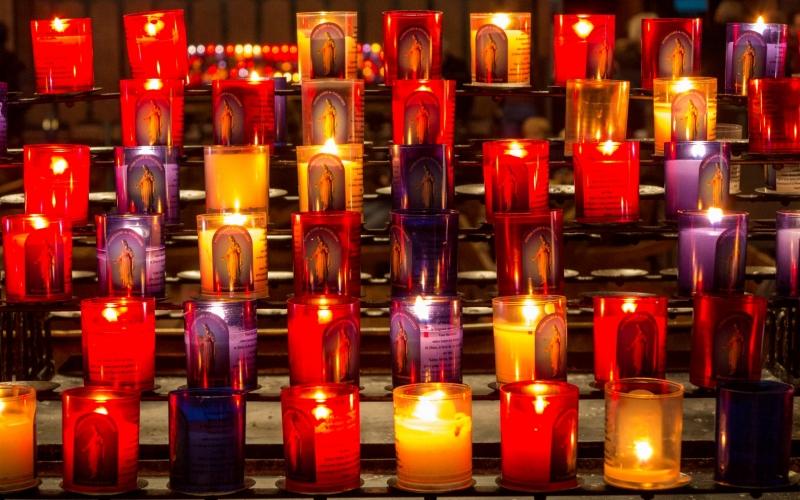 Und sogar die Kerzen leuchten hier eine Spur güldener.