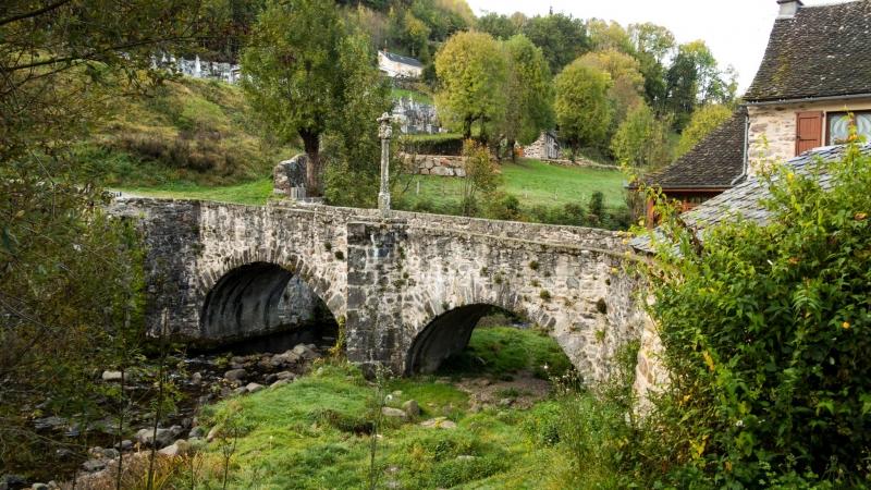Aus der Nähe durchaus schön anzusehen: Pilgerbrücke in Saint Chély d' Aubrac.