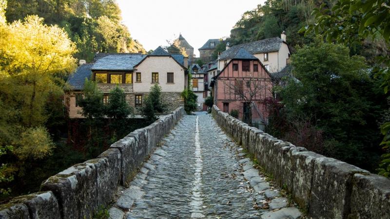 Blick über die historisch gut erhaltene Brücke zurück auf die ersten Häuser.