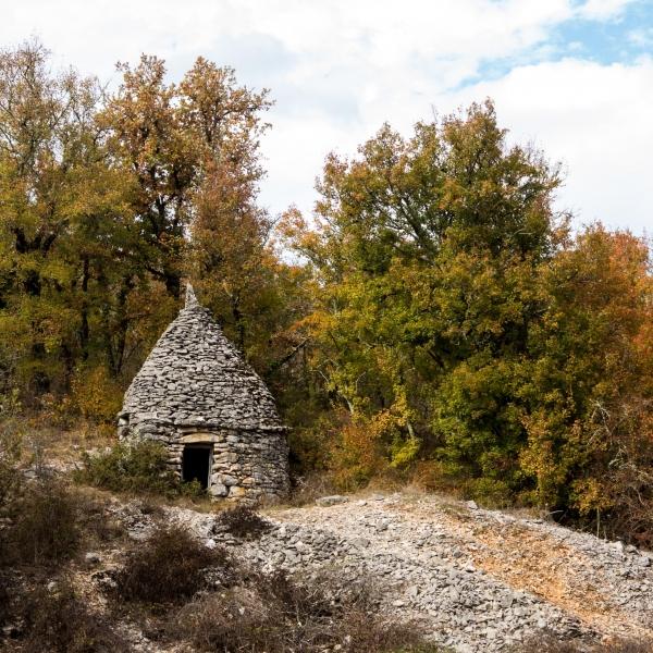 Links: Neue Schutzhütte, rechts: was davon übrig bleibt.
