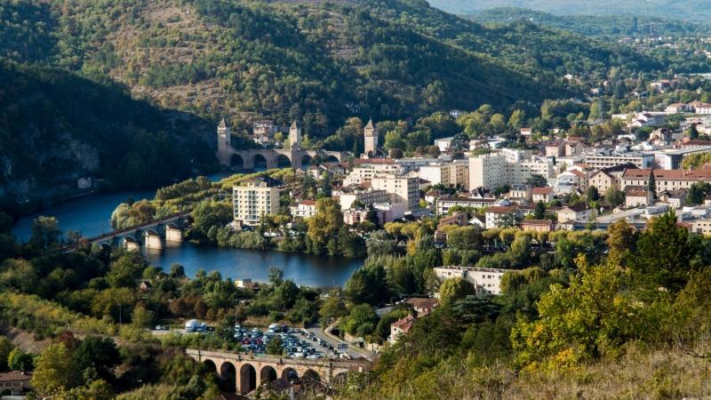 Neustadt von Cahors mit der einzigartigen historischen Brücke und einem Stück Modellbahnlandschaft drumherum