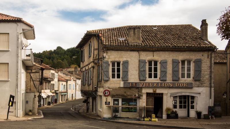 Erstes Haus am Platz mit laufender Fassadenrenovierung