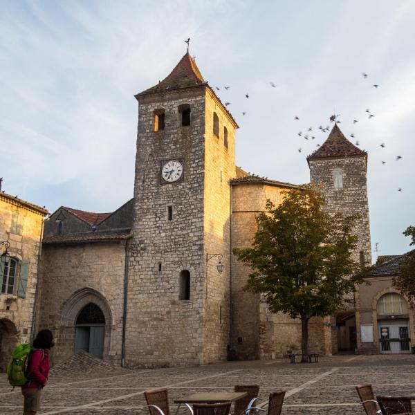 Ein Blick auf die Kirche, die auch von innen etwas zurückgesetzt wirkt.