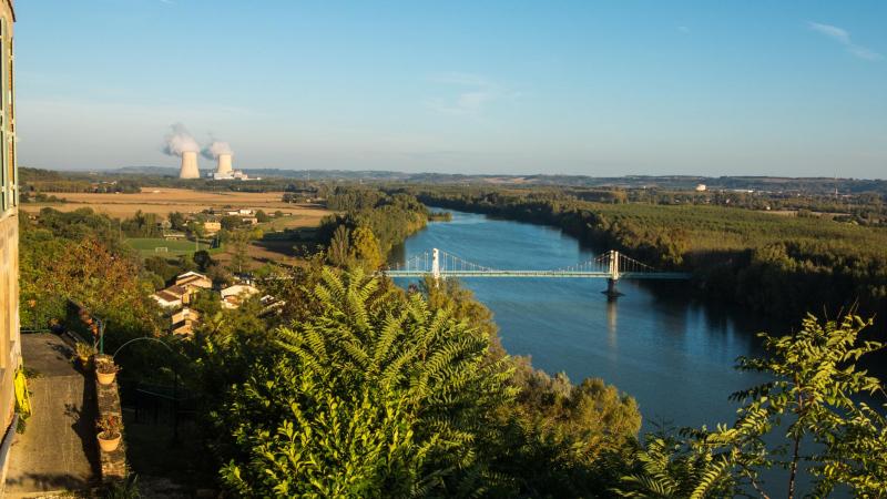 Auvillar: Rückblick auf die synthetische Landschaft um das Kernkraftwerk