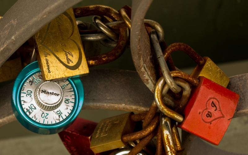 Liebesschlösser am Eisernen Steg. Man kann einen Schlüssel in den Fluß werfen. Aber wie geht das bei dem Zahlenschloß??
