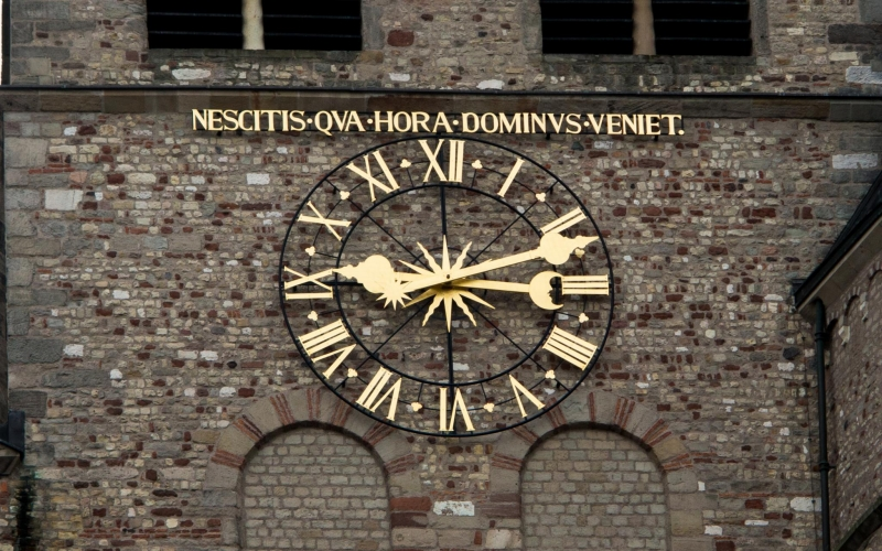 """Wieder mal einer dieser unglaublich ermutigenden Sprüche! Frei und etwas zynisch übersetzt: """"Wir wissen nicht, wann uns die Stunde schlägt!"""". In Köln stünde da wahrschienlich so etwas wie """"Evenit quod evenit!"""""""