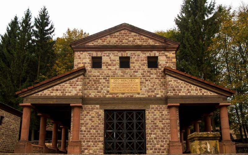 Rekonstruktion einer römischen Tempelanlage, hier im Bild der Tempel für Merkur.