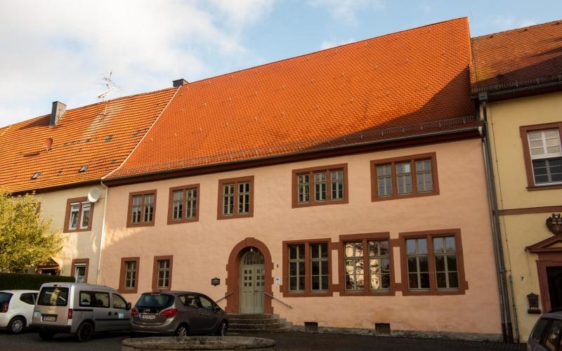 Die alte Schule in Blankenau. Das Gästezimmer liegt im ersten Stock links.