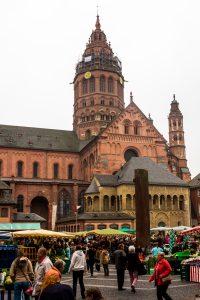 Jakobsweg Mainz: Dom und Dombüro bei trübem Wetter