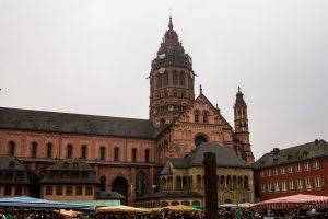 Jakobsweg Mainz Dom und Marktplatz bei trübem Wetter