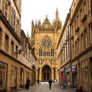 Jakobsweg Metz Kathedrale Portal Seitengasse