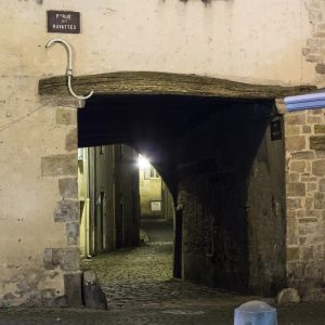 Jakobsweg Cluny Altstadtgasse bei Nacht