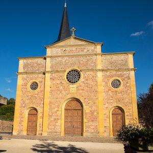 Jakobsweg Arcinges Kirchenfassade in der Sonne