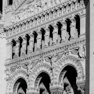Jakobsweg Lyon Basilika Portal Detail Schwarz weiß