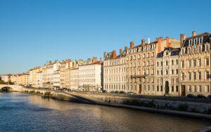 Jakobsweg Lyon Häuserzeile am Flußufer