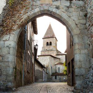 Jakobsweg Pommiers Stadttor und Kirche