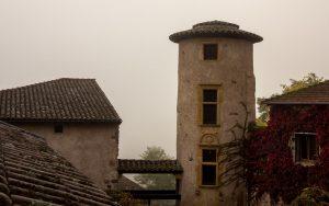 Jakobsweg Saint Maurice Altstadt Turm im Morgendunst