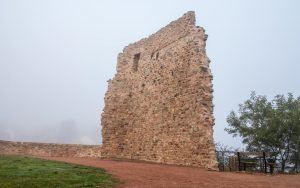 Jakobsweg Saint Maurice Festungsmauer im Morgennebel