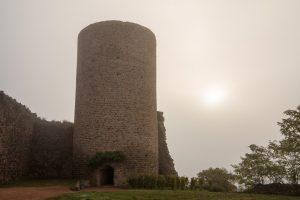 Jakobsweg Saint Maurice Festungsturm im Morgennebel