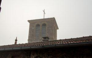 Jakobsweg Saint Maurice Kirchturm im Morgennebel
