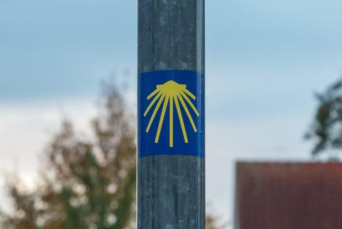 Jakobsweg Frankfurt: Erster Wegweiser im Nordosten des Stadtgebiets