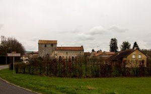 Jakobsweg Champougny Ortseingang mit Kirche