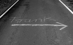 Jakobsweg Hunsrück persönliche Nachricht Frank auf der Straße schwarz/weiß