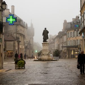 Jakobsweg Marktplatz Langres mit Diderot Denkmal im Regen