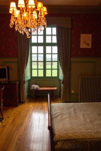 Jakobsweg Montbras Fenster im Zimmer