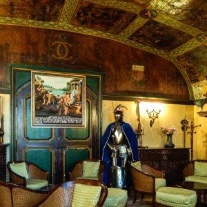 Jakobsweg Montbras Schloß Salon mit Ritterrüstung