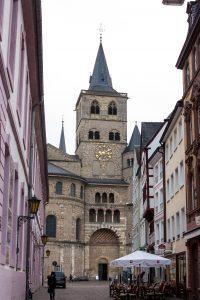 Jakobsweg Trier: Blick durch eine Gasse auf den Dom