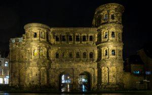 Jakobsweg Trier: Porta Nigra abends von außen