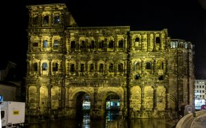 Jakobsweg Trier: Porta Nigra abends von der Stadt aus