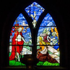 Jakobsweg Beaune Kirche Fenster kräftige Farben