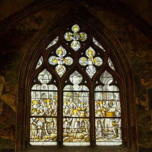 Jakobsweg Beaune Kirchenfenster schwarz gold