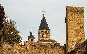 Jakobsweg Cluny Stadtmauer und Kirchturm