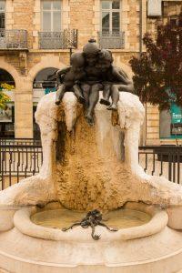 Jakobsweg Dijon Brunnen Mädchen mit Fröschen