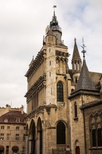 Jakobsweg Dijon Kirche Fassade größer als Gebäude