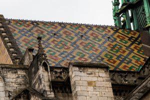 Jakobsweg Dijon Kirchendach bunt
