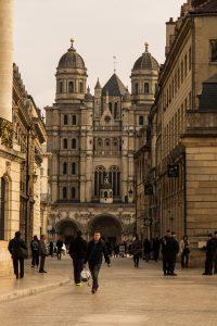 Jakobsweg Dijon Kirchenportal am Straßenende