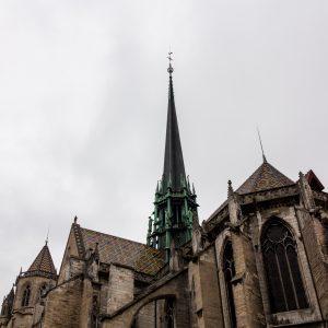Jakobsweg Dijon Kirchturm mit Wolken