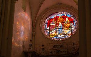 Jakobsweg Vosne Romanee Kirchenfenster Detail mit Sonne