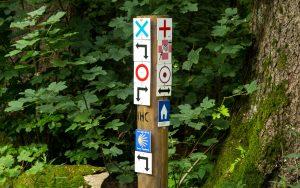 Bonifatius-Route Vogelsberg Flößer Haus Wegweiser