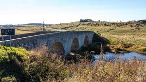 Jakobsweg Aubrac Lasbros Blick über die Brücke